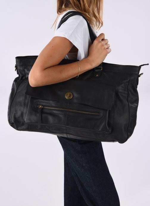 Handtaschen Pieces Totally Royal leather Travel bag schwarz ansicht von unten / tasche getragen