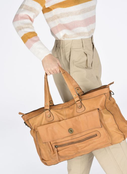 Handbags Pieces Totally Royal leather Travel bag Brown view from underneath / model view