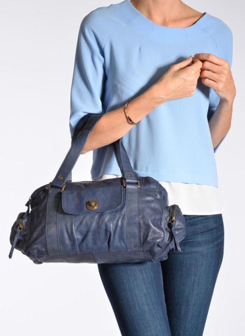 Handtaschen Pieces Totally Royal leather Small bag braun ansicht von unten / tasche getragen