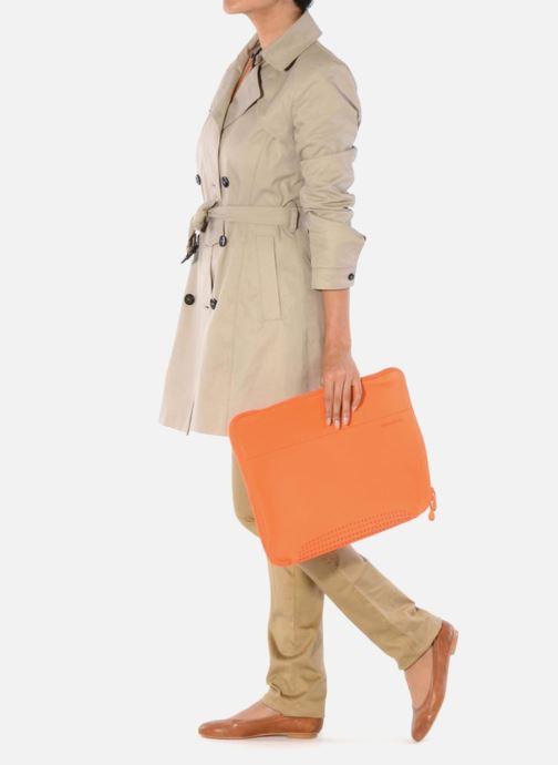 Petite Maroquinerie Samsonite Aramon laptop sleeve 15,6 Orange vue bas / vue portée sac