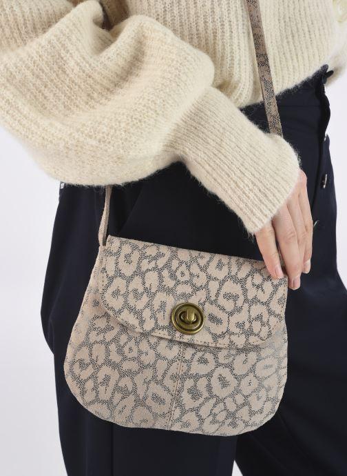 Handtaschen Pieces Totally Royal leather Party bag weiß ansicht von unten / tasche getragen