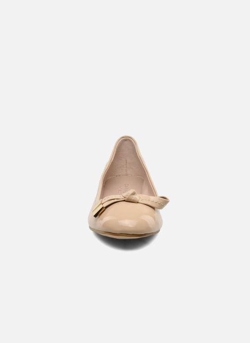 Ballerines Carvela LINDSEY Beige vue portées chaussures