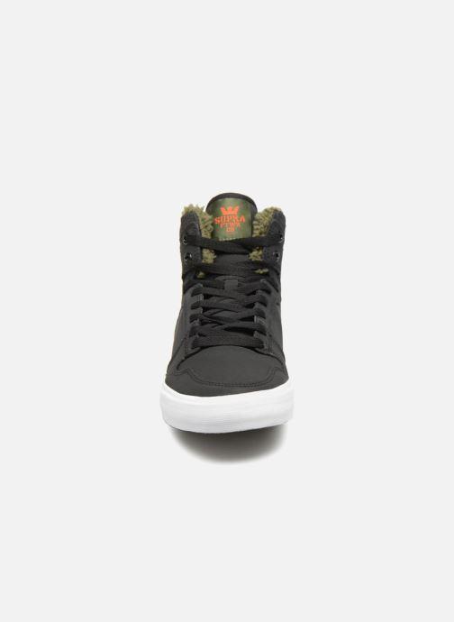 Sneakers Supra Vaider Nero modello indossato