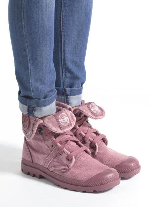 Sneaker Palladium Pallabrousse Baggy F grau ansicht von unten / tasche getragen