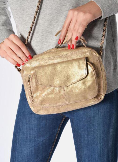 Handtaschen Pieces Naina Leather Crossover gold/bronze ansicht von unten / tasche getragen
