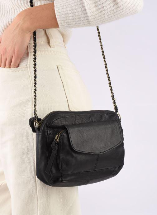 Handtaschen Pieces Naina Leather Crossover schwarz ansicht von unten / tasche getragen