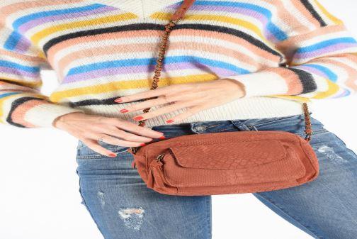 Handtaschen Pieces Naina Leather Crossover weinrot ansicht von unten / tasche getragen