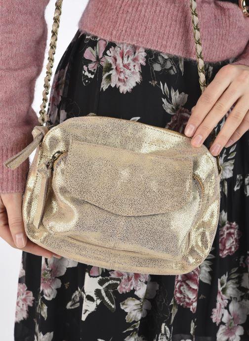 Handtaschen Pieces Naina Leather Crossover silber ansicht von unten / tasche getragen