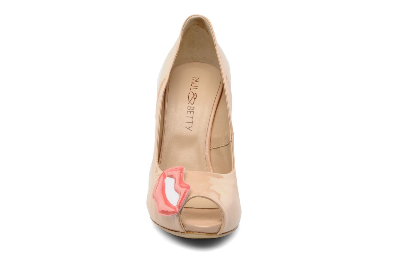 Zapatos de tacón Paul & Betty PrettyLips Beige vista del modelo