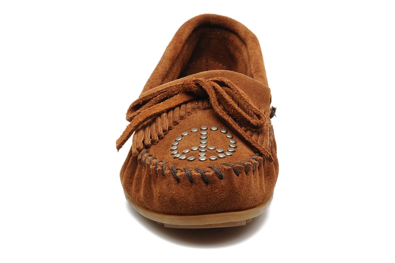 Mocassins Minnetonka PEACE Marron vue portées chaussures