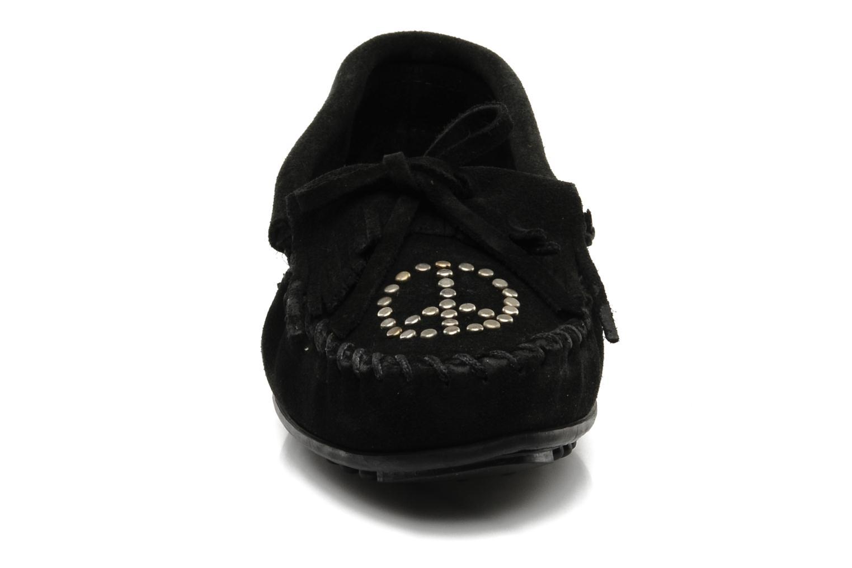 Mocassins Minnetonka PEACE Noir vue portées chaussures