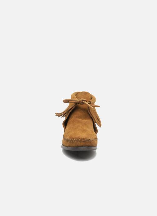 Bottines et boots Minnetonka CLASSIC FRINGE Marron vue portées chaussures