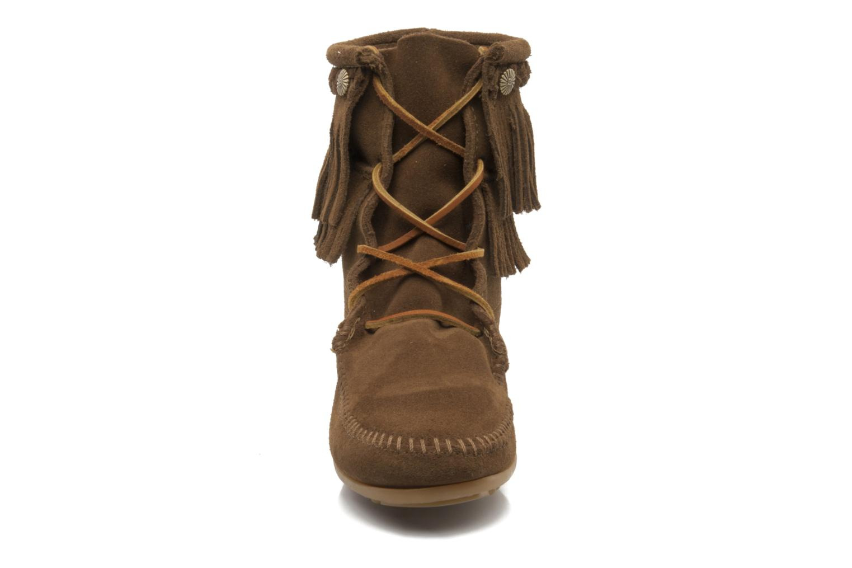 Bottines et boots Minnetonka DOUBLE FRINGE TRAMPER Marron vue portées chaussures