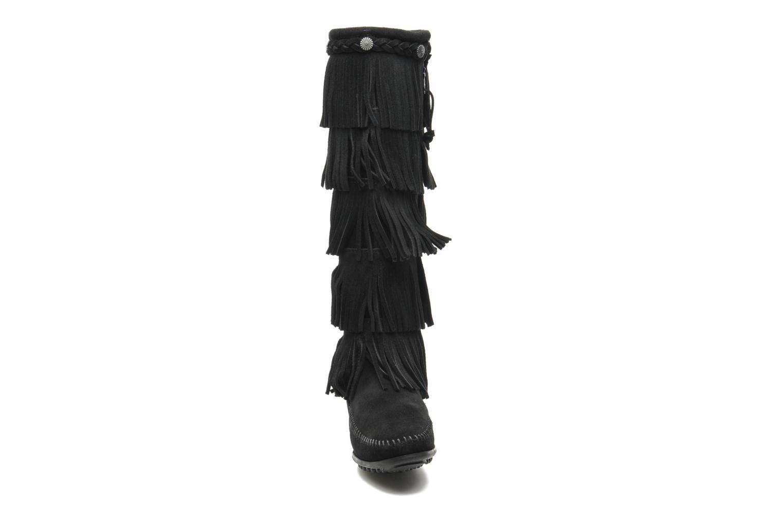 Bottes Minnetonka 5 LAYER FRINGE BT Noir vue portées chaussures