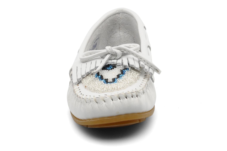 Mocassins Minnetonka KILTY BEADED Blanc vue portées chaussures