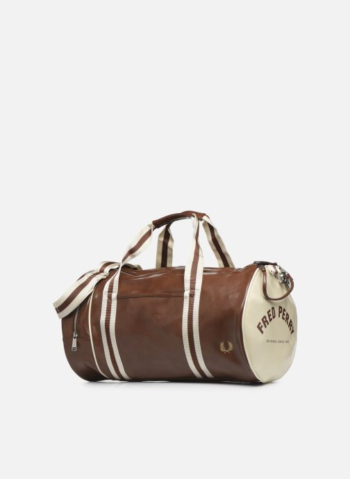 Bagages Fred Perry Classic Barrel Bag Marron vue portées chaussures
