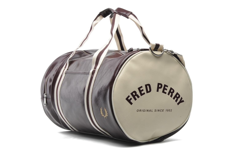 Sacs de sport Fred Perry Classic Barrel Bag Bordeaux vue portées chaussures