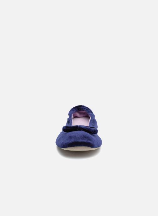 Chaussons Isotoner Ballerine velours grand nœud Bleu vue portées chaussures