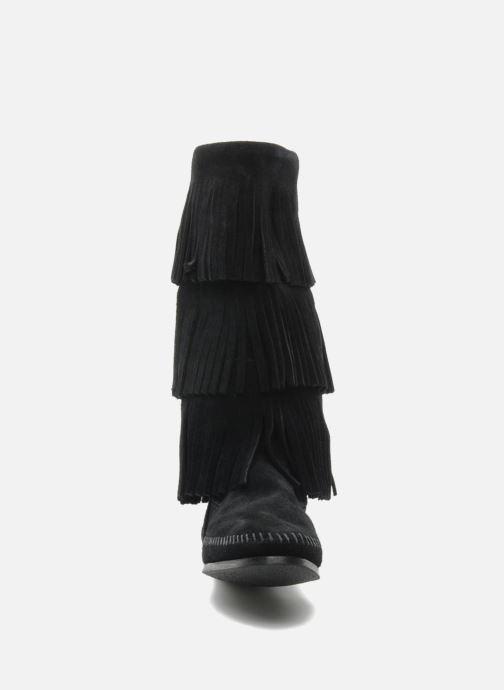 Bottes Minnetonka 3 LAYER FRINGE BOOT Noir vue portées chaussures