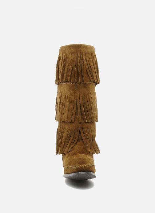 Stivali Minnetonka 3 LAYER FRINGE BOOT Marrone modello indossato