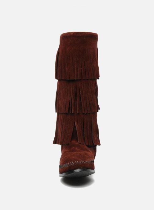 Bottines et boots Minnetonka 3 LAYER FRINGE BOOT Bordeaux vue portées chaussures