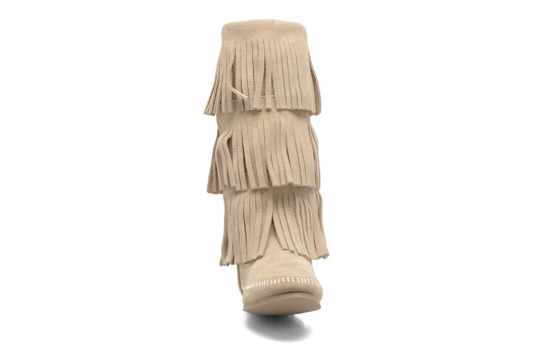 Bottines et boots Minnetonka 3 LAYER FRINGE BOOT Beige vue portées chaussures