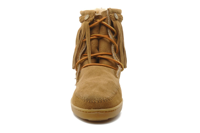 Bottines et boots Minnetonka SHEEPSKIN TRAMPER Marron vue portées chaussures