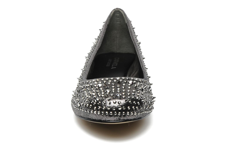 Ballerines Carvela LIEUTENANT Argent vue portées chaussures