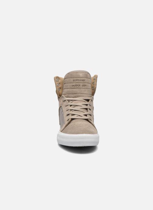 Sneaker Supra Skytop w braun schuhe getragen