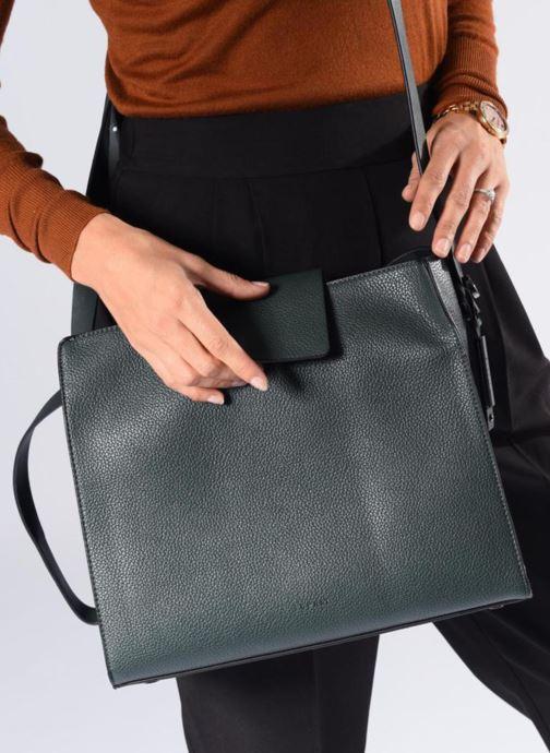 Handtaschen Esprit Ida Hobo schwarz ansicht von unten / tasche getragen