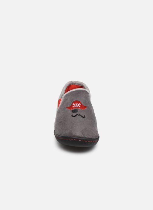 Pantofole Isotoner Mocassin Suédine Grigio modello indossato