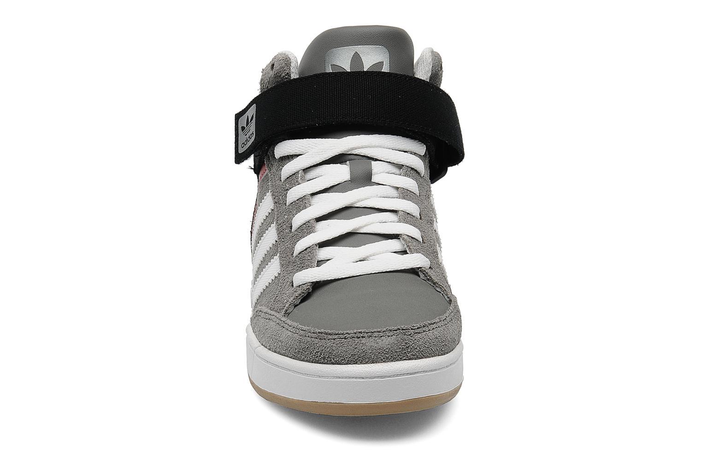 Baskets Adidas Originals Varial Mid J Gris vue portées chaussures