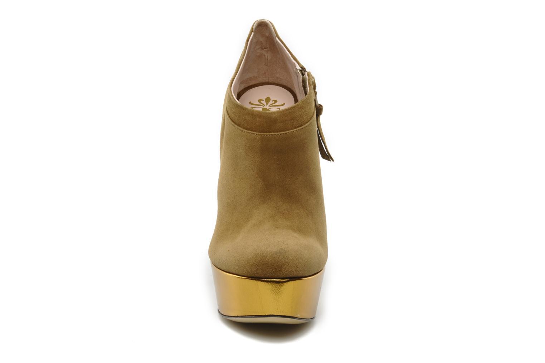 Stivaletti e tronchetti De Siena shoes Amalia Beige modello indossato