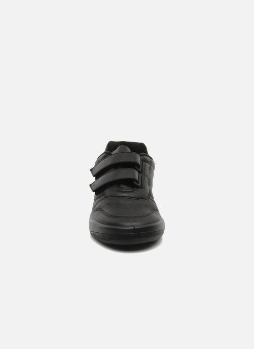 Sneakers TBS Easy Walk Archer Nero modello indossato