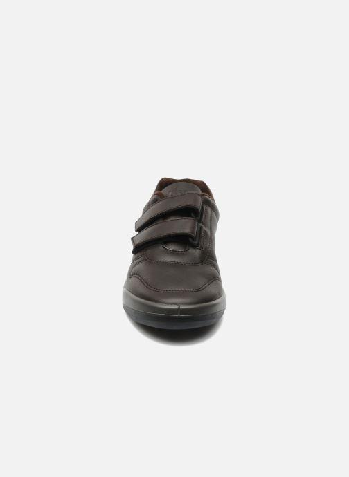 Sneakers TBS Made in France Archer Marrone modello indossato