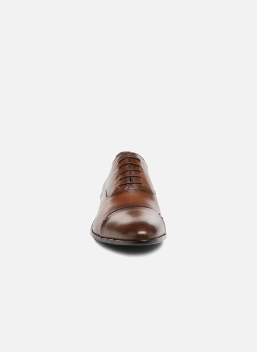 Scarpe con lacci Brett & Sons Garry Marrone modello indossato
