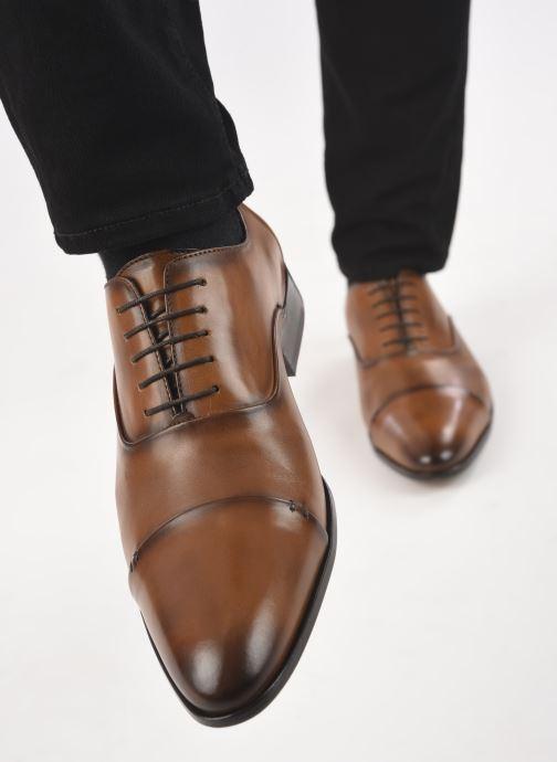 Chaussures à lacets Brett & Sons Garry Marron vue bas / vue portée sac