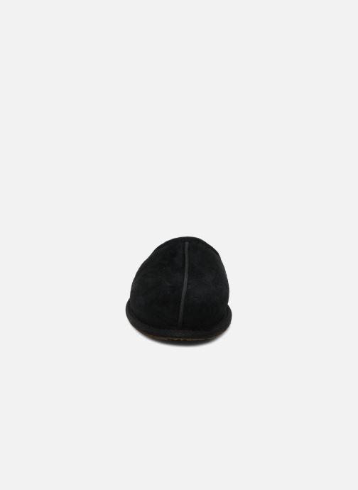 Pantuflas UGG Scuff Negro vista del modelo