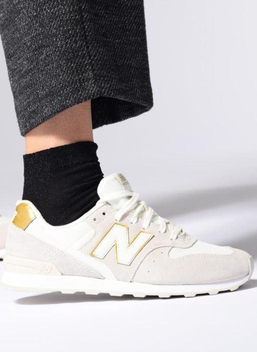Sneaker New Balance WR996 schwarz ansicht von unten / tasche getragen