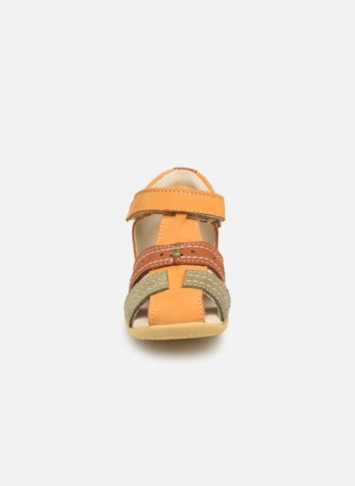 Sandales et nu-pieds Kickers BIGBAZAR Jaune vue portées chaussures