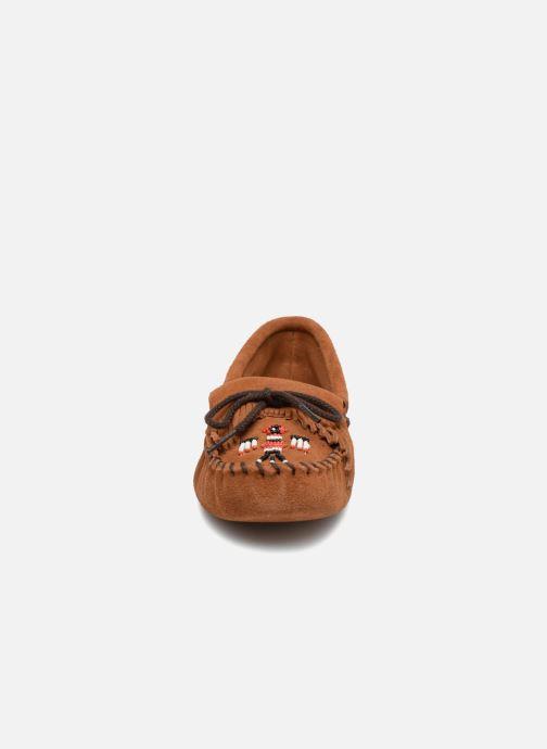 Mocassins Minnetonka Thunderbird Marron vue portées chaussures