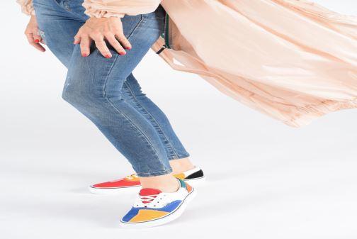Sneaker Vans Era W weinrot ansicht von unten / tasche getragen