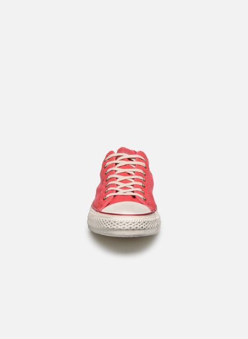 Sneakers Converse Chuck Taylor All Star Fashion Washed Ox M Rosso modello indossato