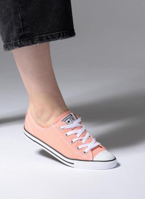 Sneaker Converse All Star Dainty Canvas Ox W rosa ansicht von unten / tasche getragen