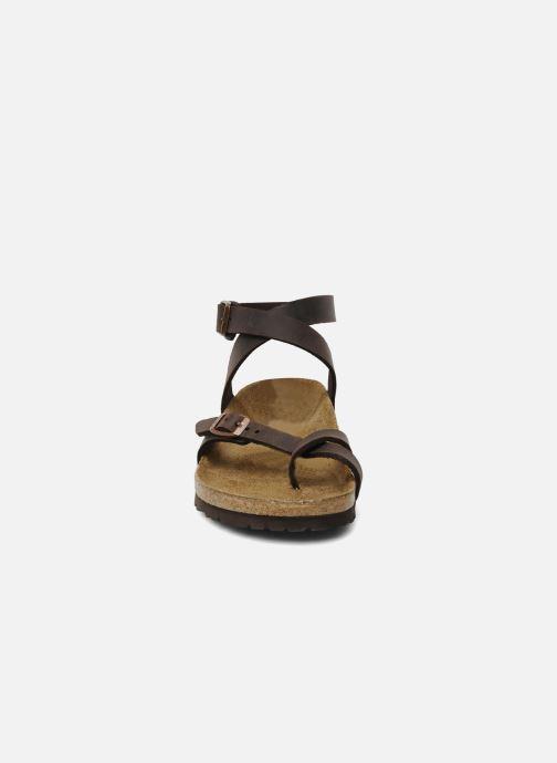 Sandali e scarpe aperte Birkenstock Yara Cuir W Marrone modello indossato