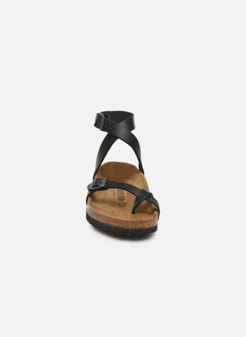 Sandali e scarpe aperte Birkenstock Yara Cuir W Nero modello indossato