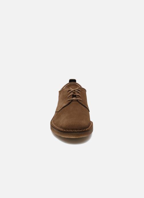 Zapatos con cordones Clarks Originals Desert London Marrón vista del modelo