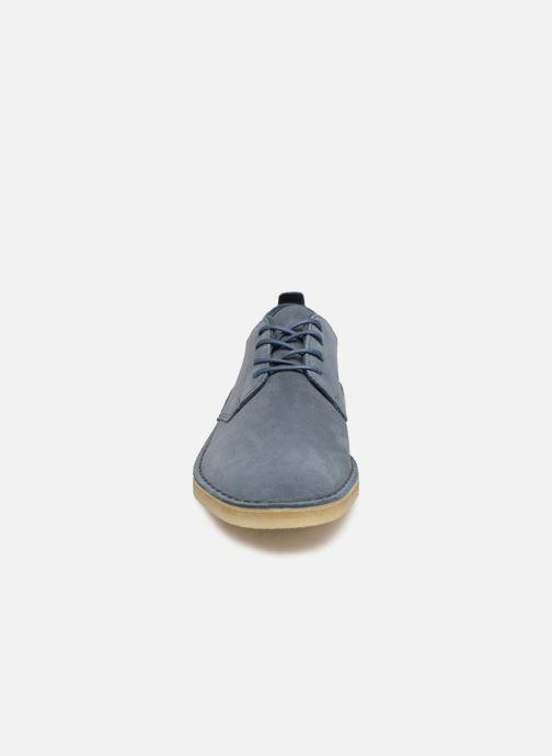 Scarpe con lacci Clarks Originals Desert London Azzurro modello indossato
