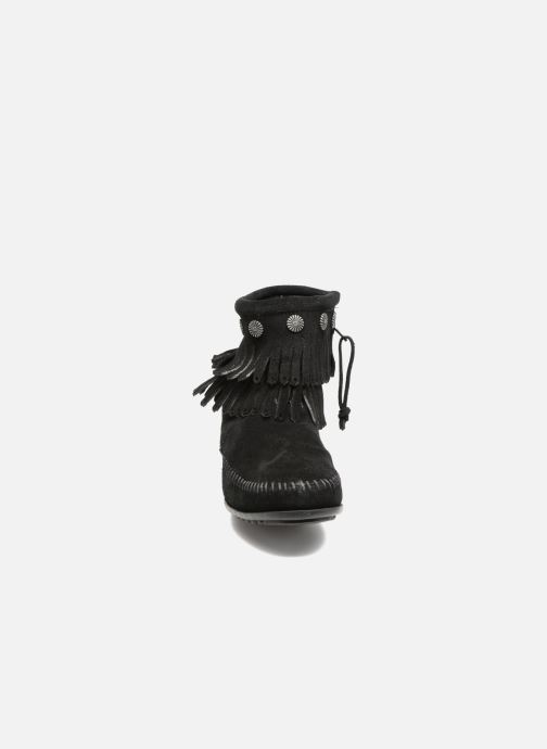 Botines  Minnetonka Double Fringe side zip boot Negro vista del modelo