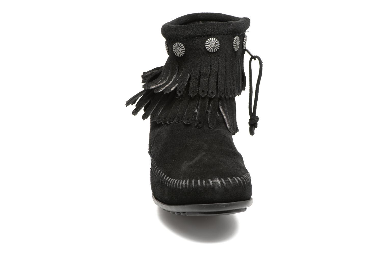 Stivaletti e tronchetti Minnetonka Double Fringe side zip boot Nero modello indossato